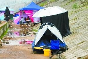 三峡蓄水嘉陵江成钓鱼天堂 几十顶帐篷江边安家 图