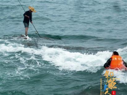 男子爬礁石钓鱼海水突涨起大风被困礁石 边防民警及时救援  图