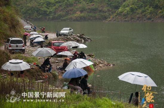 近千钓客冒雨赴千峡湖垂钓