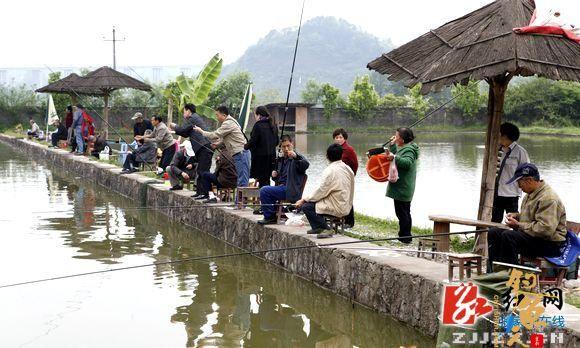 张家界电业局第九届老年人钓鱼比赛活动剪影 4ps 垂钓现场