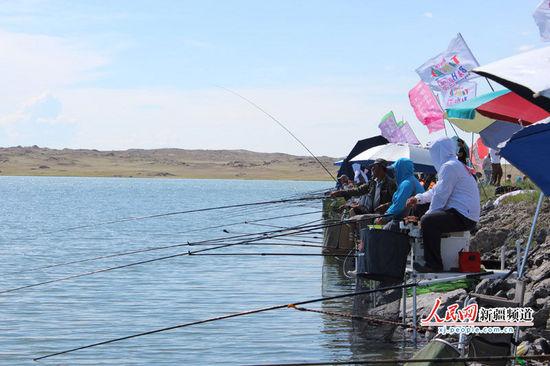 阿勒泰垂钓邀请赛:钓鱼好手鏖战塘巴湖畔 垂钓现场图