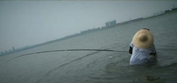 四海钓鱼频道钓鱼视频《渔我同行》219化老师被大青鱼拉下水