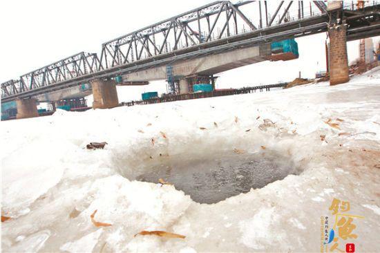 哈尔滨市民松花江上凿冰捕鱼 冰洞变陷阱 图