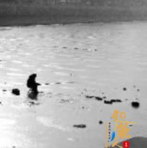 男子稳坐运河冰钓路人为他捏了把汗 图