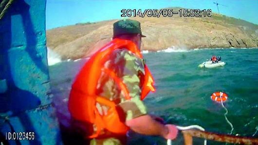 威海钓友橡皮艇钓鱼遇风浪,钓鱼老汉被困5小时后成功获救