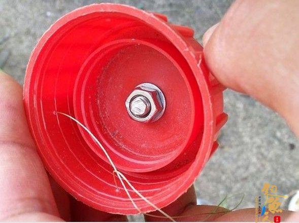 DIY渔具使用瓶盖制作翻版爆炸钩 瓶盖上的铅坠