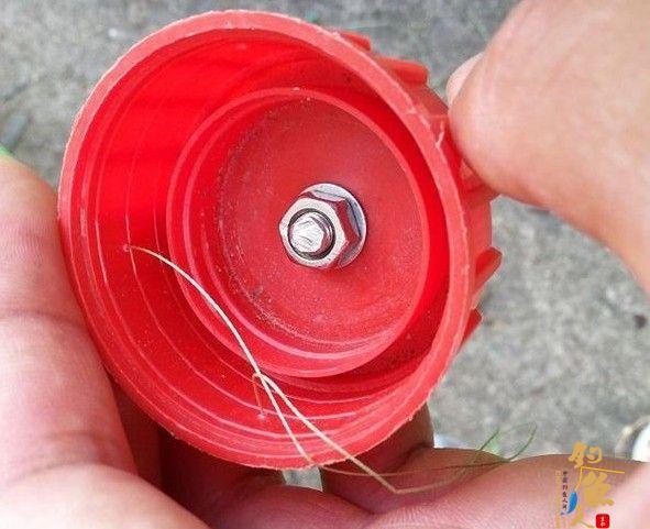 DIY渔具使用瓶盖制作翻版爆炸钩 打孔