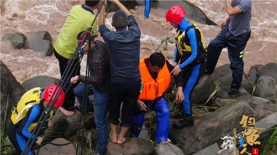 """重庆奉节一男子冒雨垂钓,他被困""""孤岛"""",消防官兵在洪水淹岛前将其救"""