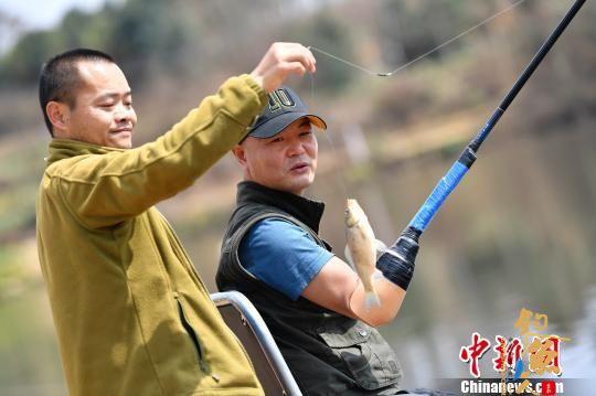失去双臂双腿 18年修炼后成钓鱼达人-刘帮华