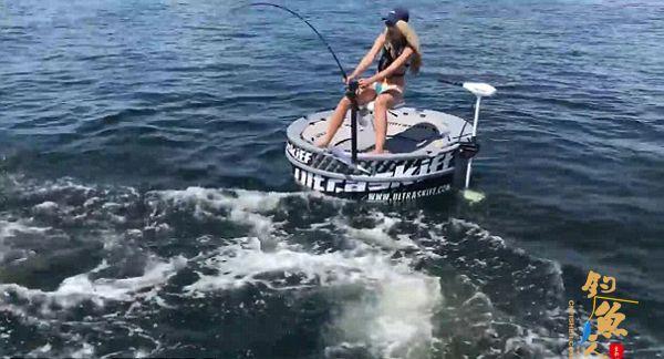 美女子钓鱼时遭鲨鱼死咬鱼线 冷静搏斗获赞
