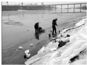 辽宁丹东一男子钓鱼掉入冰窟 消防员跪冰面救援