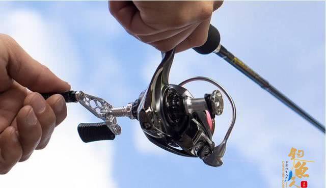 最好选择纺车轮,也就是我们通常意义上看到的海竿轮,配直柄竿